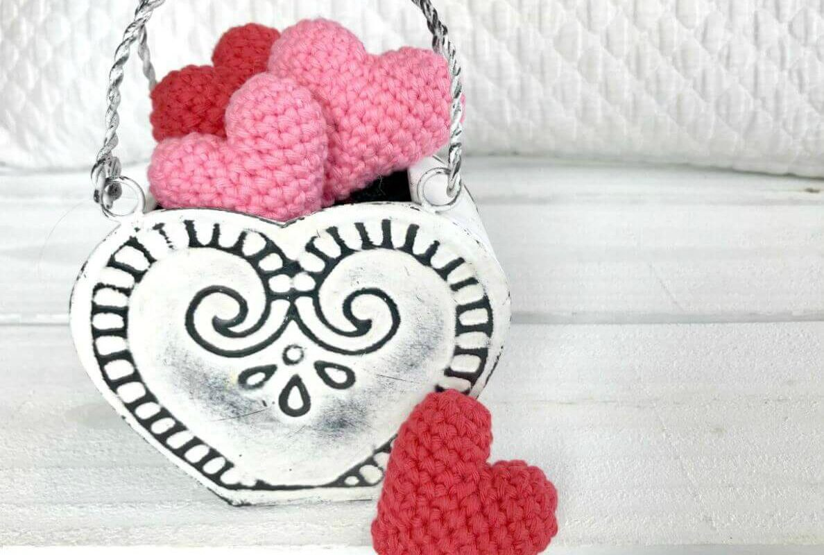 Easy Amigurumi Heart - Free Crochet Pattern - OkieGirlBling'n'Things | 800x1188